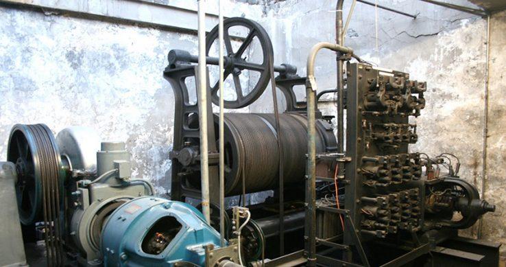 [عکس: old-machine-room-738x389.jpg]